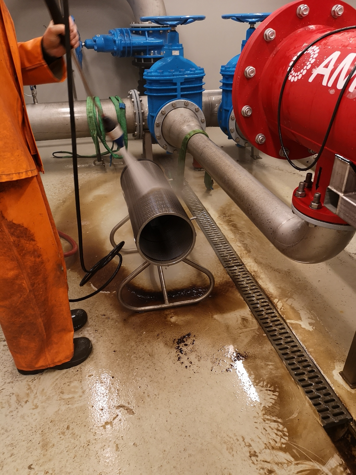 Vask av for-filter og membrananlegg.
